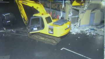 Chuck Dizzle - Thieves Use Giant Digger Claw To Scoop An ATM From Wall
