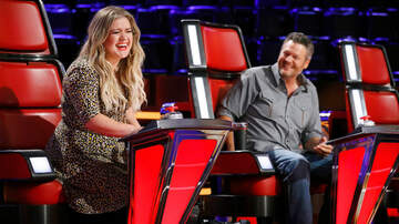 Entertainment News - Kelly Clarkson Trolls Blake Shelton With 'The Voice' Season 15 Trophy