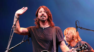 Temple - Dave Grohl Celebrates 420 In Seattle With A Surprise Street Performance
