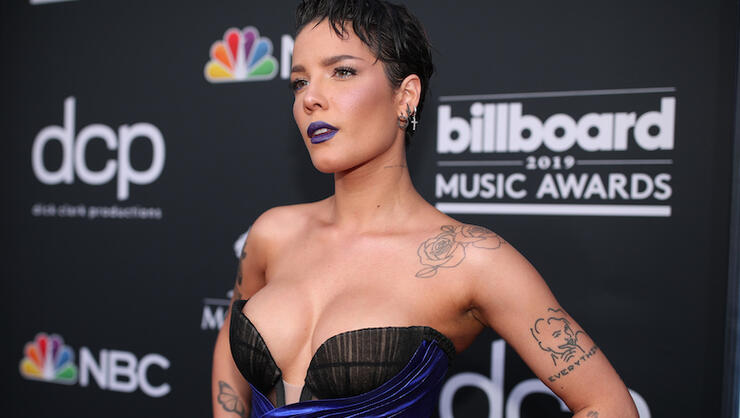 Картинки по запросу Halsey Announces New Single 'Nightmare' During Intimate NYC Show