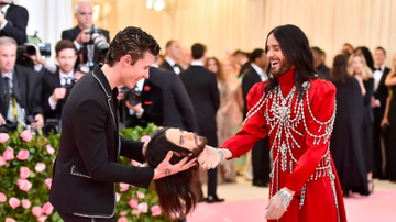 Headlines - Watch Jared Leto Give Shawn Mendes His Head at 2019 Met Gala — Literally