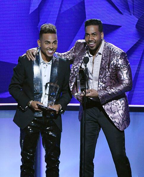 Ozuna & Romeo Santos durante los Billboard Latin Awards