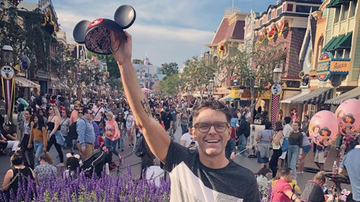 Bobby Bones - Bobby Spends Day At Disney With Date, Rides, And Treats