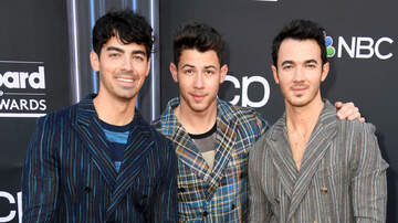 Billy the Kidd - Jonas Brothers Surprise Fans in New York City