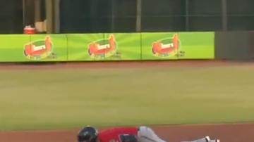 The Common Man - WATCH: Royce Lewis does push-up at 2nd base, then gets thrown at!