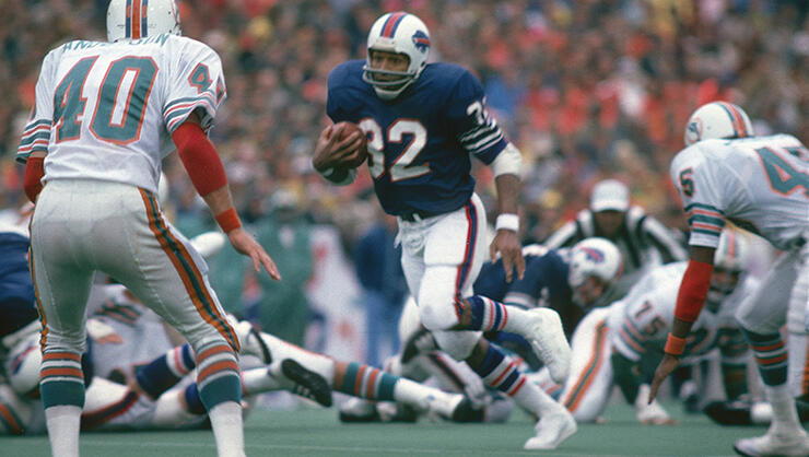 Running back O.J. Simpson #32 of the Buffalo Bills carries the ball during a early circa 1970's NFL game against the Miami Dolphins at Rich Stadium in Buffalo, New York.