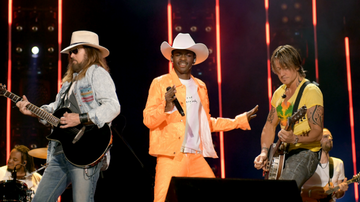 Trending - Lil Nas X, Billy Ray Cyrus & Keith Urban Sing 'Old Town Road' At CMA Fest