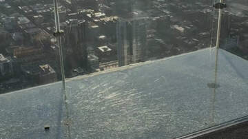 Weird News - Glass Balcony At Chicago's Willis Tower Cracks As Visitors Stand On It