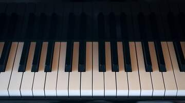 Good News WSRZ-FM - 79-Year-Old Man with Dementia Plays Song He Wrote on the Piano
