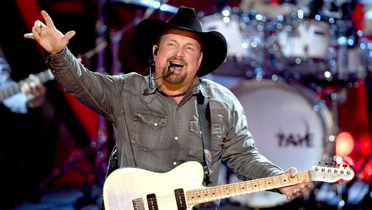 Garth Brooks Kicks Off 'Dive Bar Tour' With Rowdy Chicago Crowd | iHeartRadio