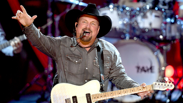 iHeartRadio Music News - Garth Brooks Kicks Off 'Dive Bar Tour' With Rowdy Chicago Crowd