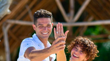 Ryan Seacrest - Sarah Hyland and Wells Adams Are Engaged! See Her Stunning Ring