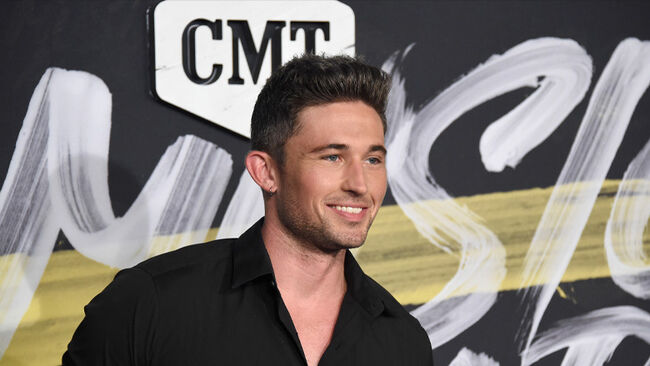 """Michael Ray Announces Headlining """"CMT On Tour"""" Dates"""