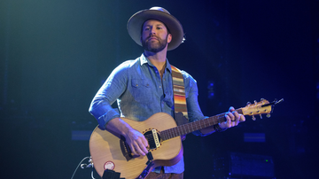 iHeartCountry - Drake White Reveals Debilitating Brain Condition After Near-Collapse