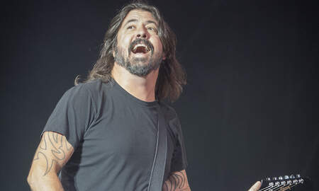 Rock News - Foo Fighters Cover 'Under Pressure' With Freddie Mercury Look Alike: Watch
