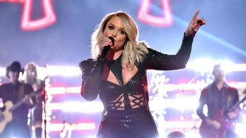 Women of iHeartCountry - Miranda Lambert Deflates Beach Ball On Stage: 'We're Not At The Beach!'