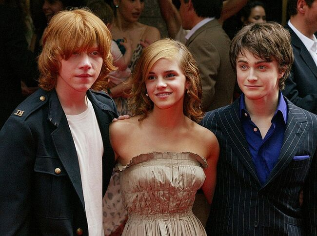 Daniel Radcliffe (R), who plays Harry Po