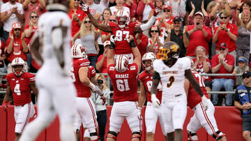 Wisconsin Badgers - Wisconsin linemen take over postgame interview