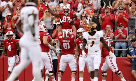 Wisconsin Badgers - Wisconsin linemen take over postgame interview