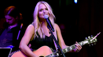 iHeartCountry - Miranda Lambert Covers 'Fooled Around And Fell In Love' With Tourmates