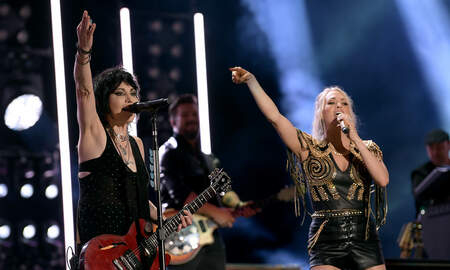 Rock News - Joan Jett Lobbied NBC For Carrie Underwood Collaboration On 'SNF' Theme