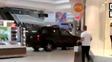 Eugene - Hombre es arrestado por CONDUCIR SUV dentro de Centro Comercial