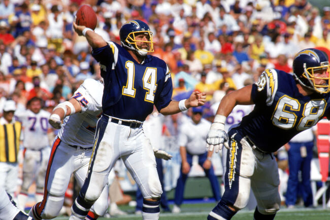 Dan Fouts passes the ball