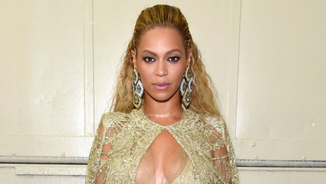 Beyonce Shows Off Her Curves In Jaw-Dropping Gold Gown