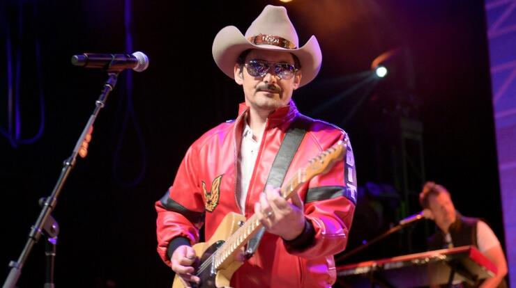 Brad Paisley Surprises Bar Full Of Fans Before Stockholm Concert | iHeartRadio