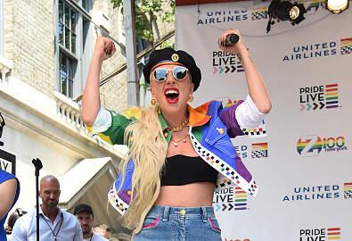 Enrique Santos - Lady Gaga se cayó horrible por la culpa de un fan
