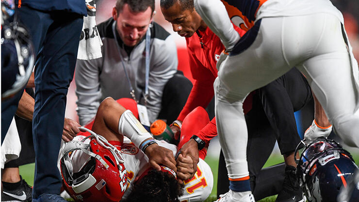 Chiefs Quarterback Patrick Mahomes Dislocates Knee Running
