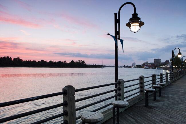 USA, North Carolina, Wilmington, Riverbank at sunset