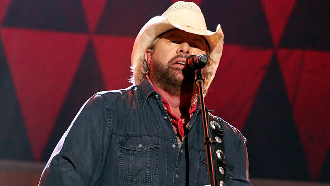 """Toby Keith Remembers Bob Kingsley As """"The Voice"""" Of Country Music"""