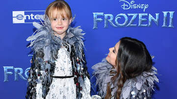 Headlines - Selena Gomez Twins With Little Sister Gracie At 'Frozen 2' Premiere
