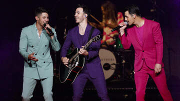 Holidays - The Jonas Brothers Celebrate 'Like It's Christmas' On New Holiday Song