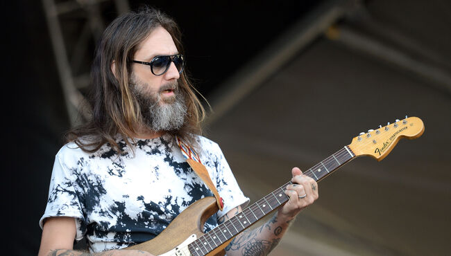 "The Black Crowes' Chris Robinson Admits Attacks On Brother Were ""Unfair"""