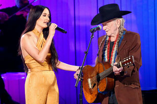 """Willie Nelson & Kacey Musgraves Perform """"Rainbow Connection"""" At CMA Awards"""