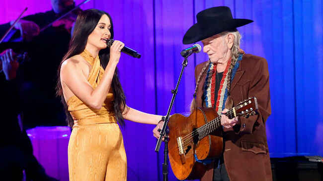 Willie Nelson & Kacey Musgraves Reunite To Perform 'Rainbow Connection'