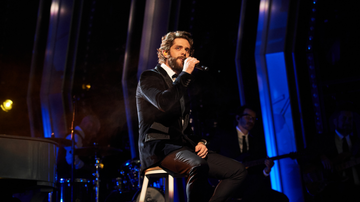 iHeartRadio Spotlight - Thomas Rhett Delivers Heartfelt 'Remember You Young' At 2019 CMA Awards