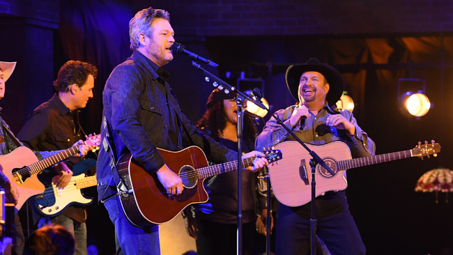 Garth Brooks And Blake Shelton Rock The 'Dive Bar' At The 2019 CMA Awards