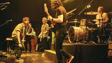 Trending - Julian Casablancas Joins The Raconteurs Onstage To Perform 'The Modern Age'