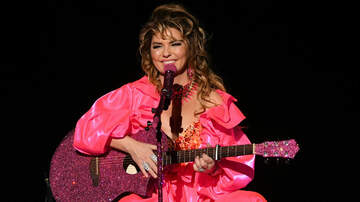 iHeartRadio Spotlight - Shania Twain Covers Taylor Swift & Drake During Hits-Filled AMA Performance