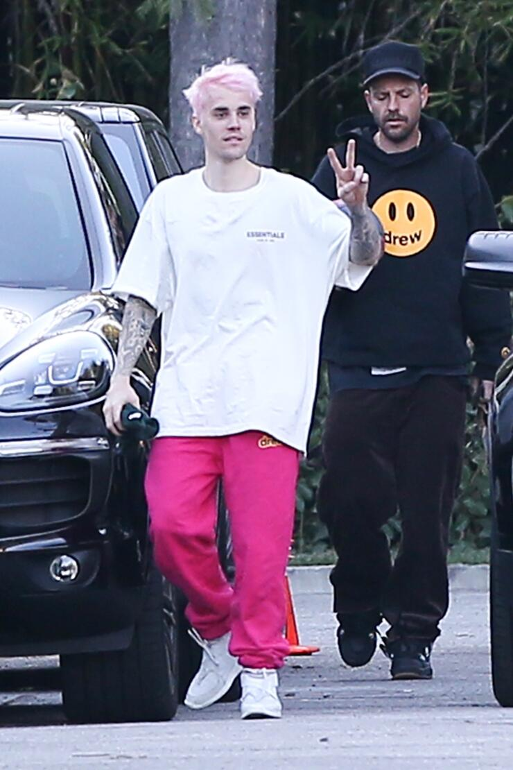 Justin Bieber shows off his new pink hair!