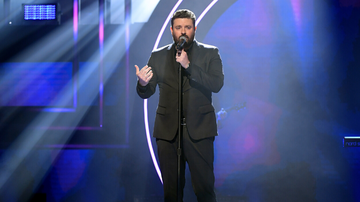 Music News - Chris Young Goes Into Audience At Show To Sing With Cancer Patient