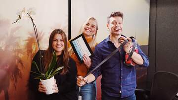Ryan Seacrest - Sisanie & Tanya Gift Seacrest a 'Jar of Compliments' and Shawn Mendes' Belt