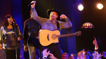 iHeartCountry - Garth Brooks Will Extend His 'Dive Bar Tour' Into 2020