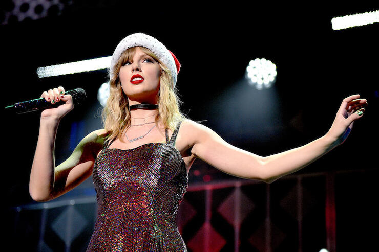 "Taylor Swift Brings Holiday Cheer to Jingle Ball with ""Christmas Tree Farm"" 