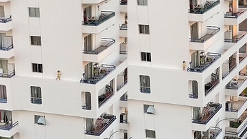 Weird News - Heart-Stopping Video Shows Toddler Casually Walking On Ledge Of High-Rise