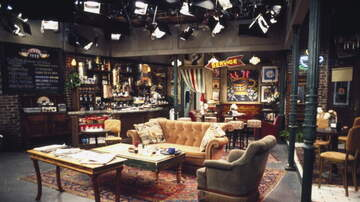 Ellen K - Watch Jennifer Aniston Surprise Fans On The Central Perk Set