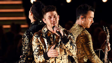 Headlines - Nick Jonas Reacts To Having Food In His Teeth During 2020 Grammys Show